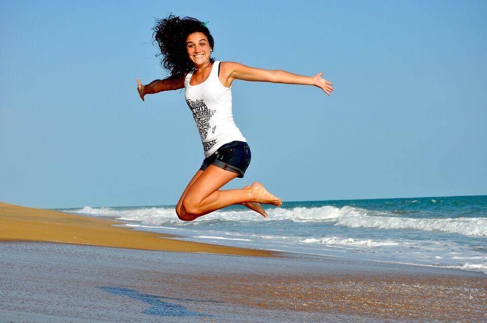 Jung Frau springt am Strand