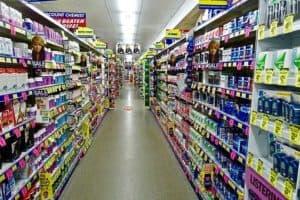 Gang zwischen Regalen im Drogerie-Markt