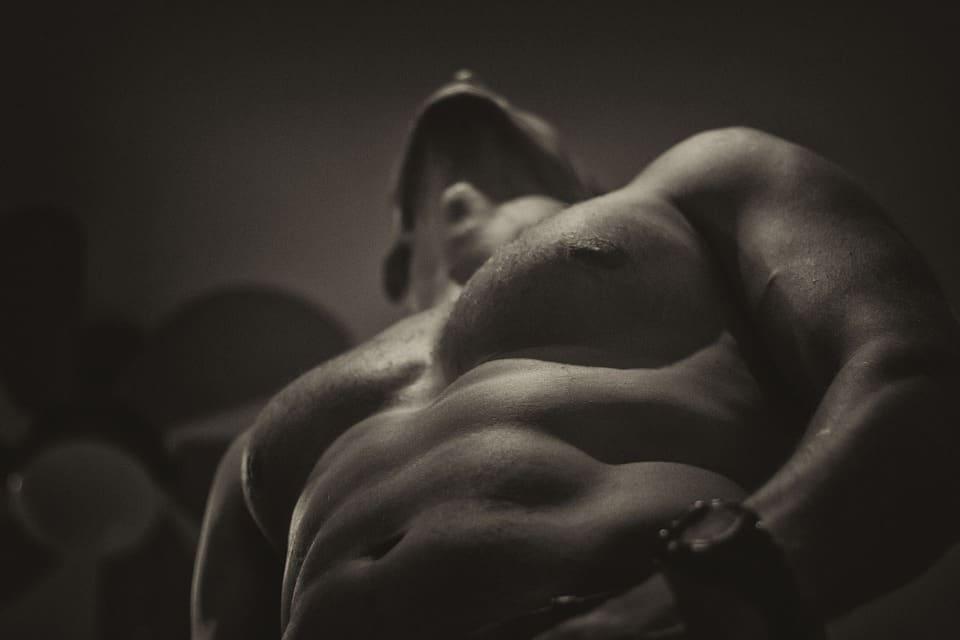 Muskulöser, athletischer Mann oben ohne